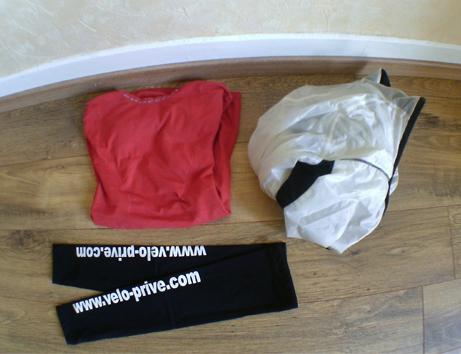 Manchette, sous maillot et veste imperméable homologuée viennent compléter le sac du coureur.